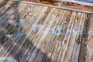 Odstranění graffiti ze dřeva