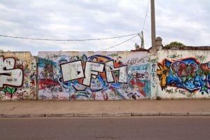 grafiti na zdech kolem silnic