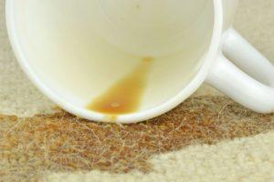 Fleky od kávy na koberci