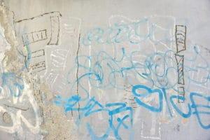 betonová stěna od graffiti