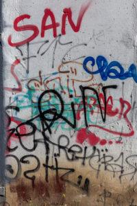 písmenka na zdi