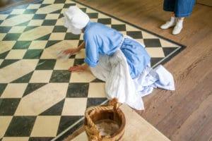 kdo čistí podlahu