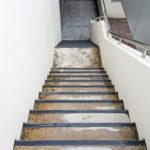 staré nečistoty na podlaze